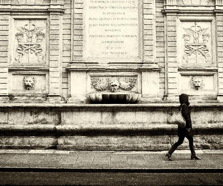 Piazza Maggiore ci ricorda una canzone famosa, un bar i dubbi e l'anima di una generazione, le vie si trasformano in una pellicola cinematografica in bianco e nero